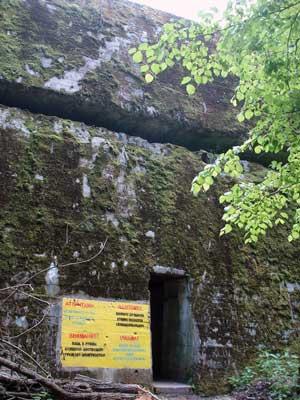 Ein noch erhaltener Bunker der Wolfsschanze bei Rastenburg in Ostpreußen