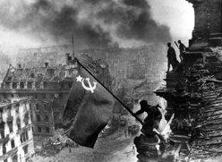 Flaggenhissung auf Reichstag